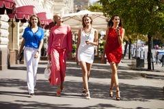 Fyra shoppa kvinnor som går på den röda fyrkanten i Moskva Royaltyfria Foton