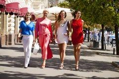 Fyra shoppa kvinnor som går på den röda fyrkanten i Moskva Arkivbilder