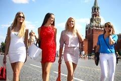 Fyra shoppa kvinnor som går på den röda fyrkanten i Moskva Royaltyfri Fotografi