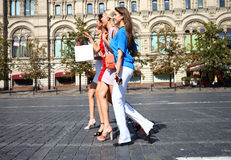 Fyra shoppa kvinnor som går på den röda fyrkanten i Moskva Fotografering för Bildbyråer