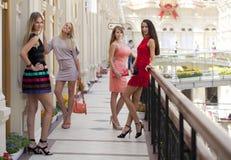 Fyra shoppa kvinnor som in går, shoppar Royaltyfri Bild