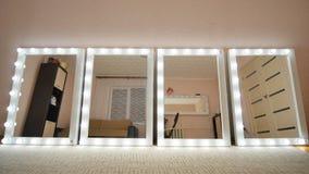 Fyra sminkspeglar står i rummet och tänds Speglar vänder på i sin tur royaltyfri bild