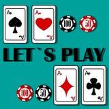 Fyra spela kort och fyra chiper på en grön bakgrund Arkivfoton