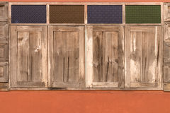 Fyra stängda gamla träfönster Royaltyfria Foton