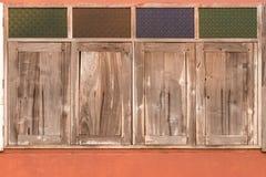 Fyra stängda gamla träfönster Arkivbilder
