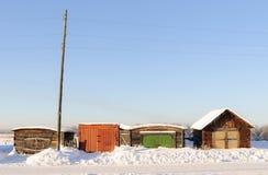 Fyra stängda lås på garageporten med det färgrika skottet på en solig kall vinterdag Royaltyfria Foton