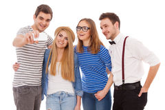 Fyra stilfulla ungdomarpå vit bakgrund Royaltyfri Bild