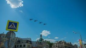 Fyra stridhelikoptrar som flyger över staden Royaltyfri Foto
