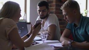 Fyra studenter som förbereder sig till examina på universitetet i kafé lager videofilmer
