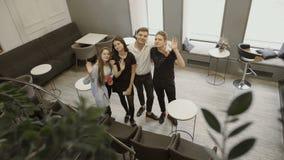 Fyra studentvåghänder till kameran arkivfilmer