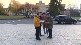 Fyra studentvåghänder till kameran stock video
