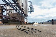 Fyra svarta koaxiala kablar för trådlösa kommunikationssystem för telekommunikation klipps av vandaler på taket Royaltyfri Fotografi