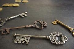 Fyra tappningtangenter & mynt arkivbilder