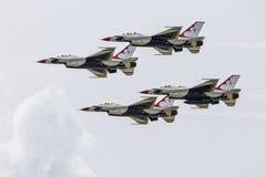 Fyra Thunderbirds som flyger i bildande Arkivfoto