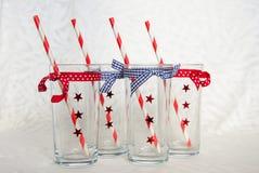 Fyra tomma festliga exponeringsglas med sugrör Fotografering för Bildbyråer