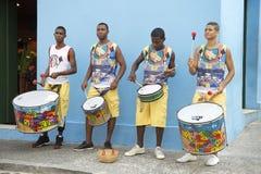 Fyra unga brasilianska män som står trummande Salvador Royaltyfri Bild