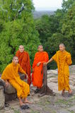 Fyra unga buddistiska munkar Arkivbild