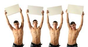 Fyra unga sexiga män med kopieringsutrymme förbigår tecken Arkivfoton