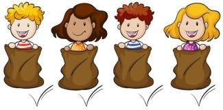 Fyra ungar som hoppar inom säcken Arkivfoton