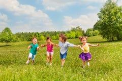 Fyra ungar som tillsammans rymmer händer och anseende Royaltyfria Foton