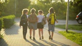 Fyra vänner går till skolan De har mycket gyckel, därför att idagen är deras första dag på skolan arkivfilmer