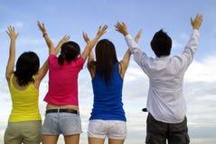 fyra vänner jublar Fotografering för Bildbyråer