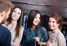 Vänner som möter i shoppa royaltyfria foton
