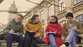 Fyra vänstudenter diskuterar examina lager videofilmer