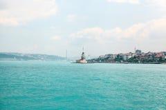 Fyren på Bosporusen mellan asiatet och de europeiska delarna av Istanbul På rätten är den asiatiska delen av Royaltyfria Foton