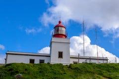 Fyren på den mest västra punkten av den färgrika kusten av vagga Ponta gör Pargo, madeira Royaltyfria Foton