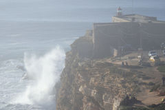 Fyren på praiaen gör Norte Nazare Portugal Arkivbild