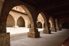 Fyrkant av El Cristo Rey Cantavieja, Castellon landskap, Spanien royaltyfria foton