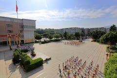 Fyrkant av grundskola för barn mellan 5 och 11 år för etniska minoriteter för banzhong Arkivbild