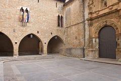 Fyrkant av la Iglesia och kyrkan, La Iglesuela del Cid, Mestrazgo royaltyfri foto