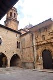 Fyrkant av la Iglesia och kyrkan, La Iglesuela del Cid, Mestrazgo royaltyfri bild