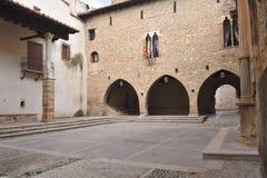 Fyrkant av la Iglesia och kyrkan, La Iglesuela del Cid, Mestrazgo arkivfoto