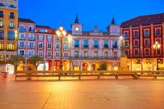 Fyrkant för Burgos Plazaborgmästare på solnedgången i Spanien royaltyfri fotografi