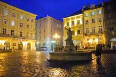 Fyrkant för central marknad i den Lviv staden i aftonen Royaltyfri Fotografi