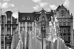 Fyrkant för central marknad i Wroclaw Polen med den gamla hus och famousespringbrunnen Loppsemesterbegrepp svart white royaltyfri foto