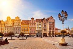 Fyrkant för central marknad i Wroclaw Polen med gamla färgrika hus, gatalyktalampan och att gå turistfolk Royaltyfri Fotografi