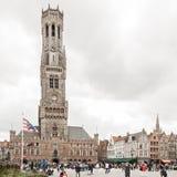 Fyrkant för central marknad och Belfort torn i Bruges Belgien fotografering för bildbyråer