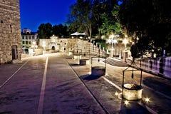 Fyrkant för fem well i Zadar, aftonsikt royaltyfri foto