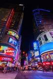 Fyrkant för gataplats tidvis på natten i Manhattan, New York City Royaltyfria Foton