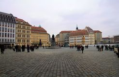 Fyrkant för ny marknad, Dresden, Tyskland Panorama av fyrkanten med fotografering för bildbyråer
