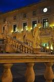 Fyrkant för Palermo piazzaliberta vid natt italy sicily Arkivbilder