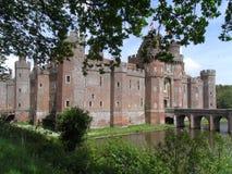 Fyrkant för röd tegelsten för Herstmonceux slott med stönande och bron royaltyfri foto