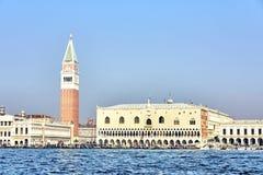 Fyrkant för St Mark ` s i Venedig Fyrkant för St Mark ` s i den Venedig sikten från vattnet italy venice Royaltyfria Foton