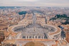Fyrkant för St Peter ` s i Rome som sett från ovannämnd flyg- sikt royaltyfri foto