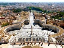 Fyrkant för St Peter ` s i Vaticanen och den flyg- sikten av staden från basilika arkivfoto