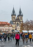 Fyrkant f?r stad f?r Tyn kyrka gammal i Prague fotografering för bildbyråer